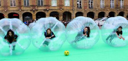 Bubble foot sur la place ducale à charleville-mézières dans les Ardennes avec Gaco